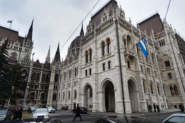 20130215-szekely-zaszlo-a-parlament-epuleten-budapesten4